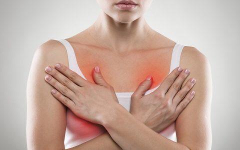 Почему сильно болит грудь перед месячными?