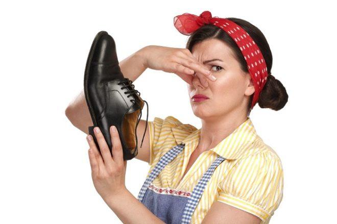 Неприятный запах может возникнуть из-за тесной и неудобной обуви