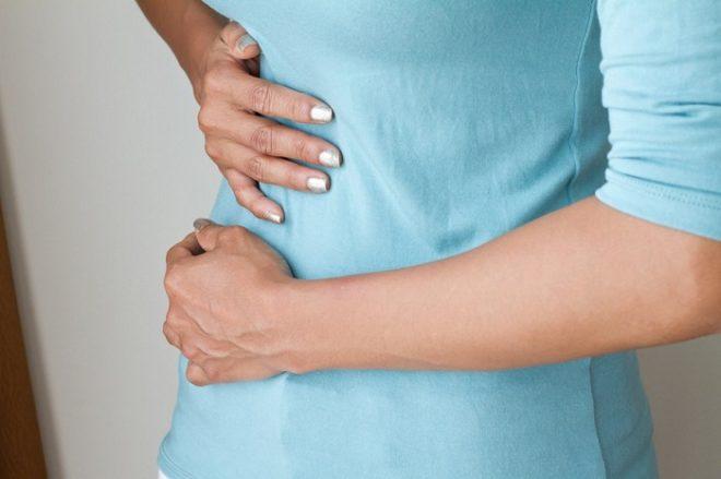 У девушек боли в правом подреберье может возникнуть из-за воспаления придатков