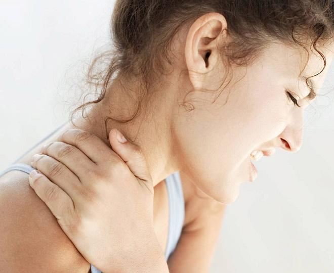 При сильной боли в шее лучше пройти обследование и консультацию ортопеда