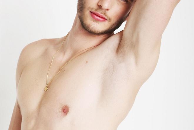 Мужчины тоже часто проводят процедуру по удалению лишних волос подмышками