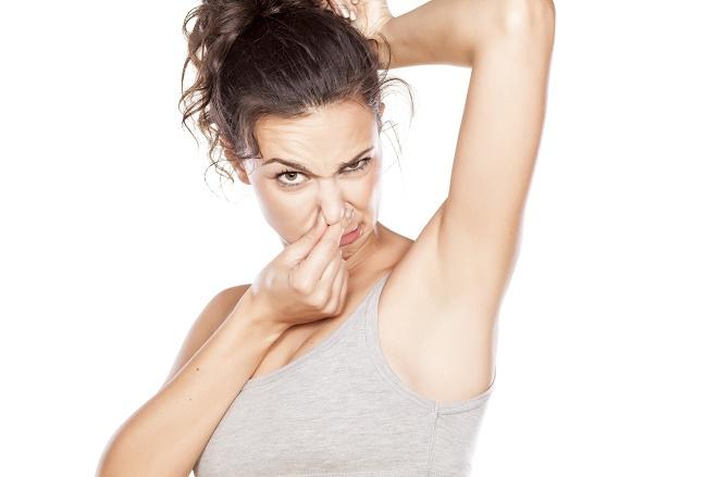 Небритые подмышки часто становятся причиной неприятного запаха