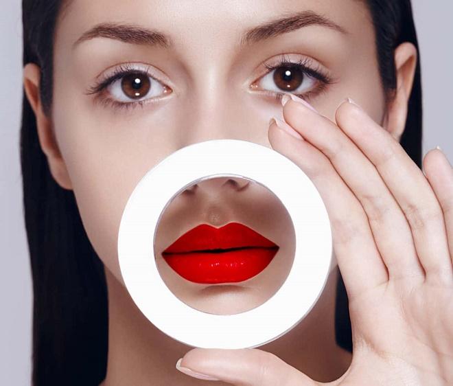 Отечность может быть вызвана аллергической реакцией на косметику