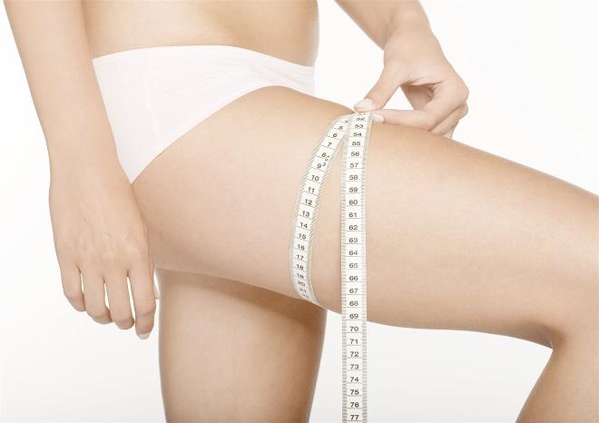 Отличной процедурой при жире на ногах является обертывание