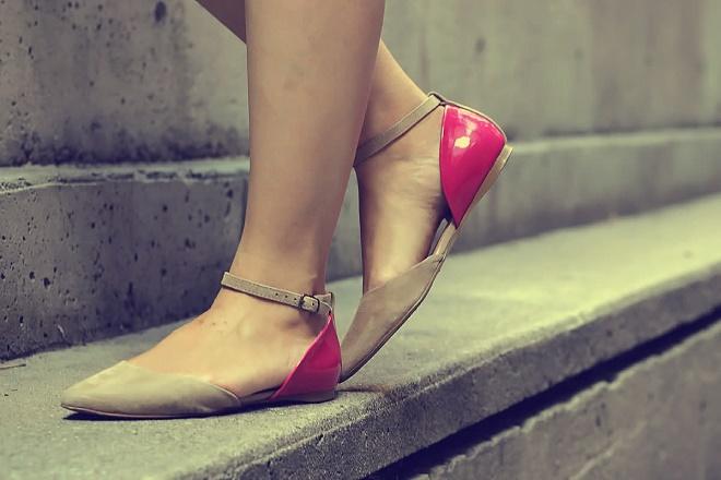 Не натуральная обувь или носки тоже может вызвать гипергидроз