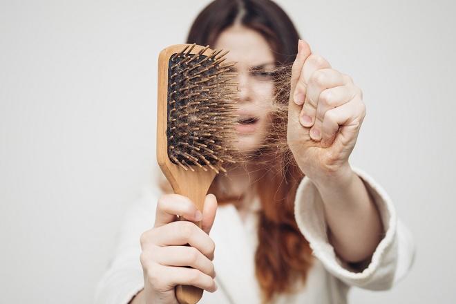 Выпадение волос после родов является абсолютно нормальным процессом