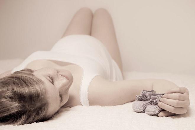 Менструации могут появиться как в начале беременности, так и на более поздних сроках