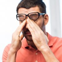 Болит бровь над глазом при нажатии: причины, лечение