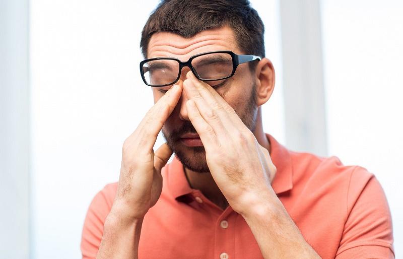 Слезятся глаза болят над бровями