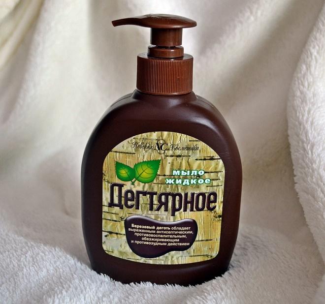Жидкую форму легче использовать, она лучше пенится и легче вымывается с волос