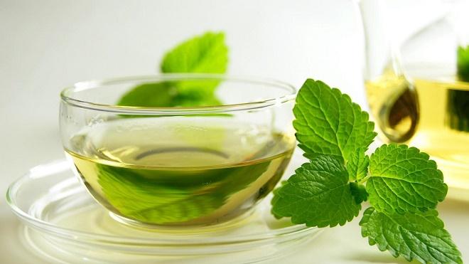Зеленый чай, особенно с добавлением натуральных лечебных трав, один из самых полезных напитков