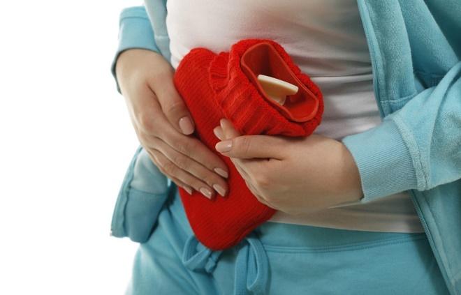 Чтобы облегчить состояния до приезда врача, можно сделать теплый компресс