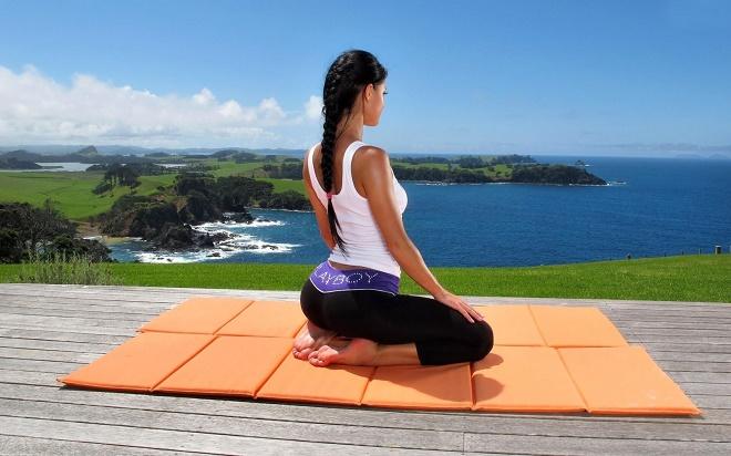 Хорошо справиться с напряжением и физическим, и эмоциональным поможет медитация, йога