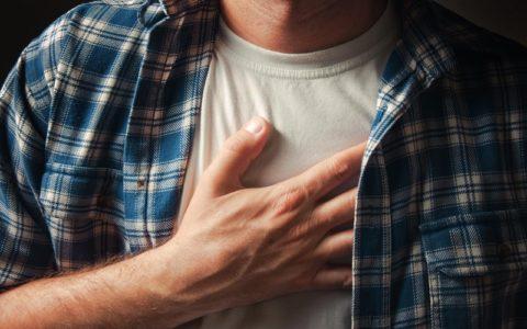 Боли в груди посередине - почему появляются?