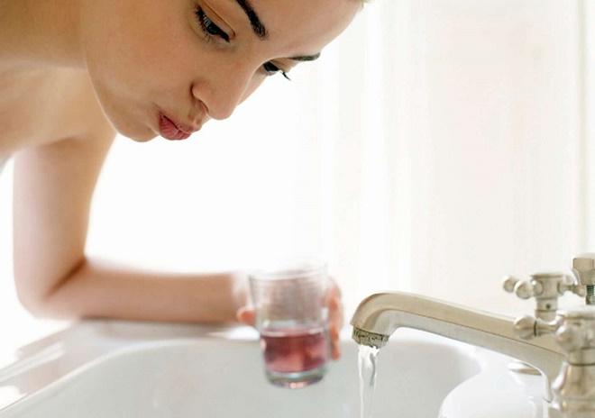 Можно восполььзоваться местными растворами для полоскания горла или приготовить их в домашних условиях