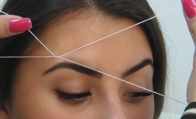 Можно выщипывать брови при помощи нитки