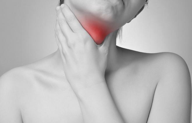 Наряду с сухостью и першением может возникать боль в горле