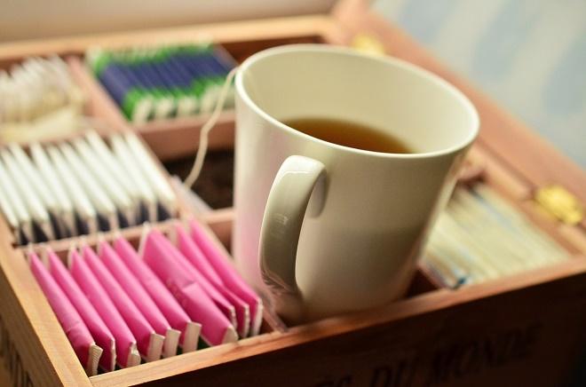 Подойдет и чай из сухих цветков ромашки, который отлично борется с лишними килограммами