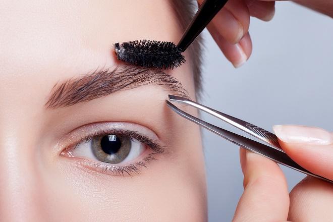 При правильном оформлении чаще всего выщипывать брови сверху не нужно