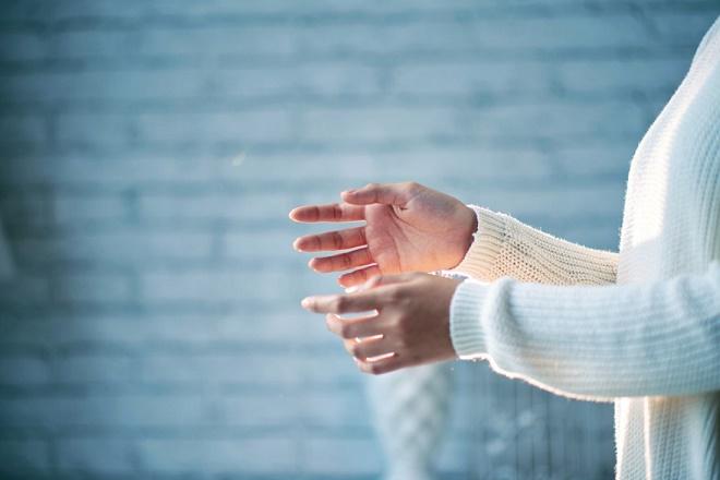 Выполнять бытовую работу следует в перчатках, чтобы не усугубить ситуацию
