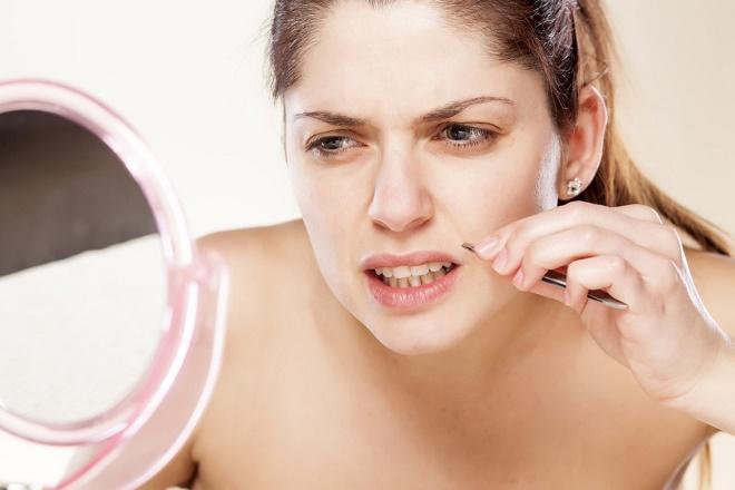 Выщипывать волосы в носу нельзя, так как это опасно для здоровья