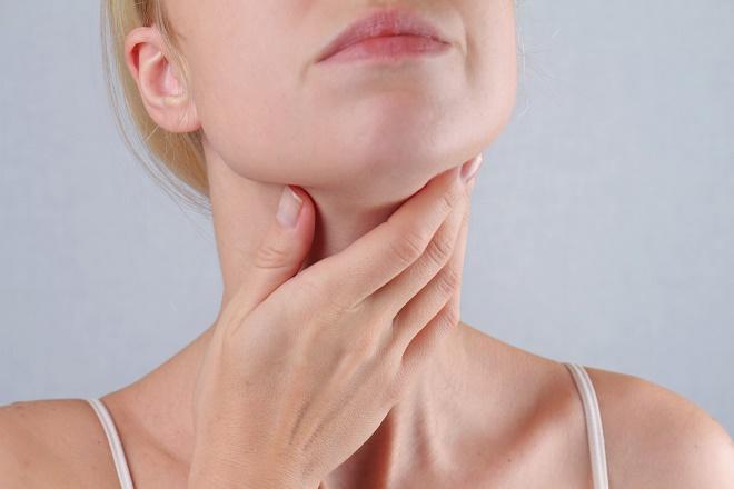 Женщина может испытывать дискомфорт при глотании