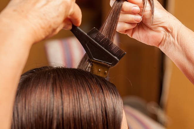 Перед тем, как нанести краску на всю шевелюру, протестируйте ее на небольшом участке волос