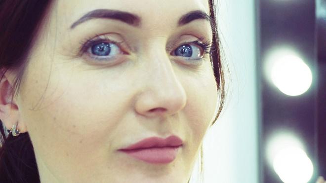Отечность можно скрыть при помощи правильного макияжа