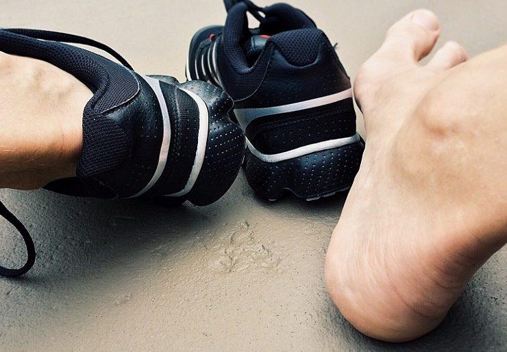 Почему болят ступни ног и больно ходить - причины