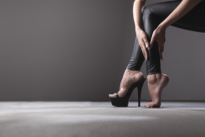 При ношении неправильной обуви боль в ступнях является нормальной